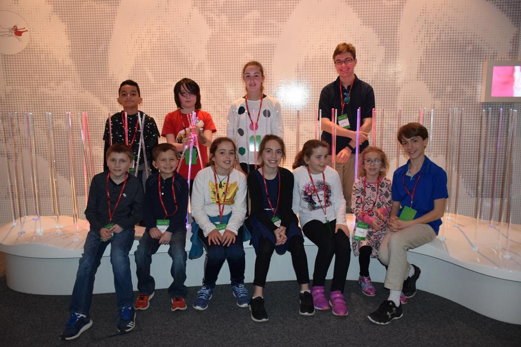 Alexandre Batalha e os oito jovens inventores