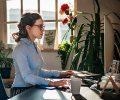 Cinco dicas para trabalhar de casa com um implante auditivo.