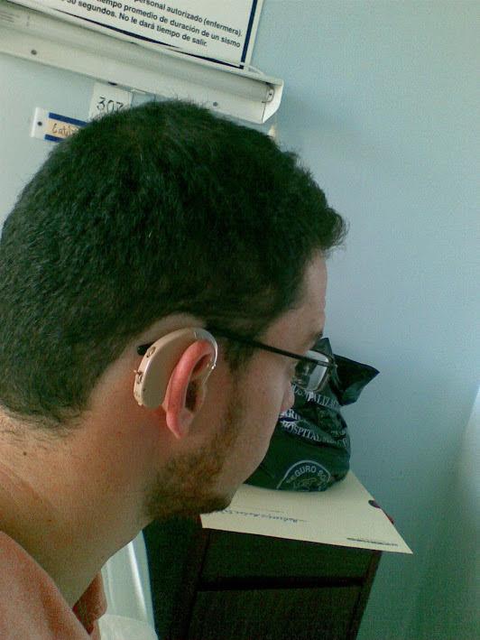 Esteban y su audífono